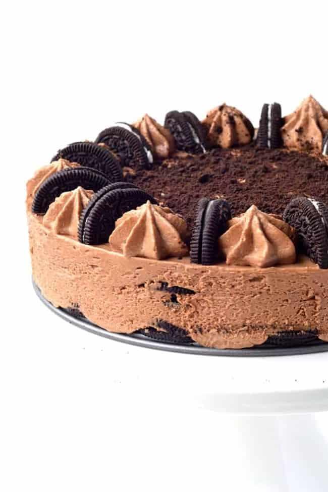 Oreo Chocolate Cheesecake Icebox Cake | via sweetestmenu.com
