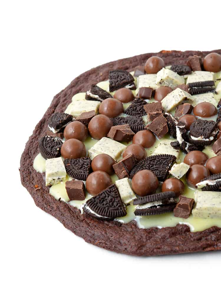 Cookies and Cream Brownie Pizza